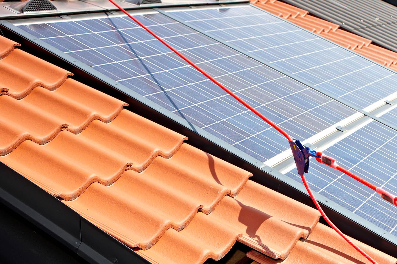 F+P Dach Kärnten - Dachtechnik - Dachsicherheit -Sicherungsgurte montiert am Dach - Foto: Johannes Puch
