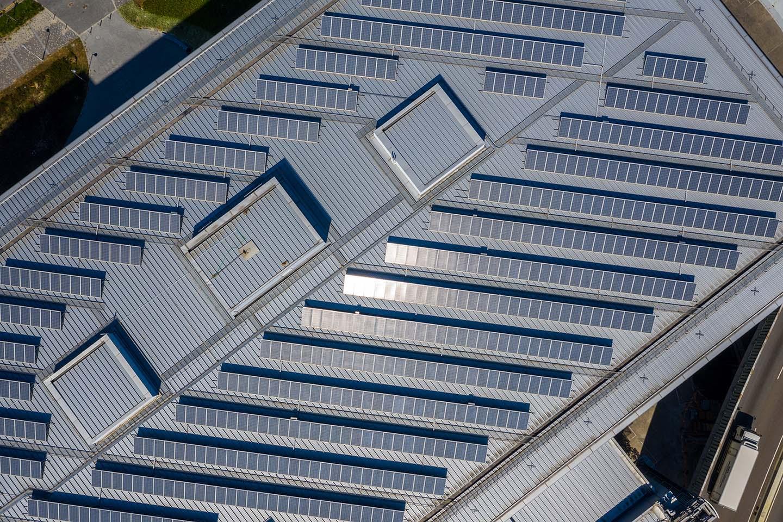 F+P Dach Kärnten - Dachtechnik - Flachdach -Drohnenaufnahme eines Daches mit Photovoltaik Modulen
