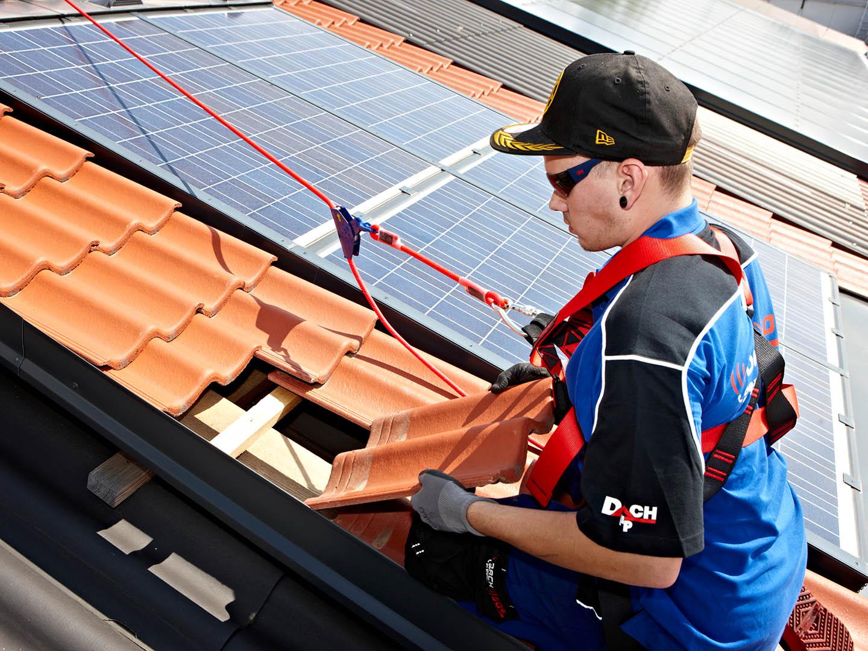 F+P Dach Kärnten - Dachdecker beim professionellen Verlegen von Dachziegeln - Foto: Johannes Puch